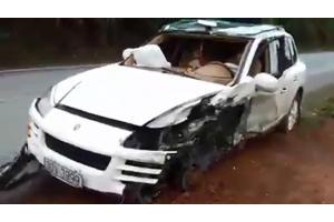 Quảng Ninh: Đâm xe container, Porsche Cayenne hư hỏng nặng