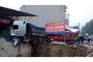 Phú Thọ: Tai nạn liên hoàn nghiêm trọng, nhiều người bị thương